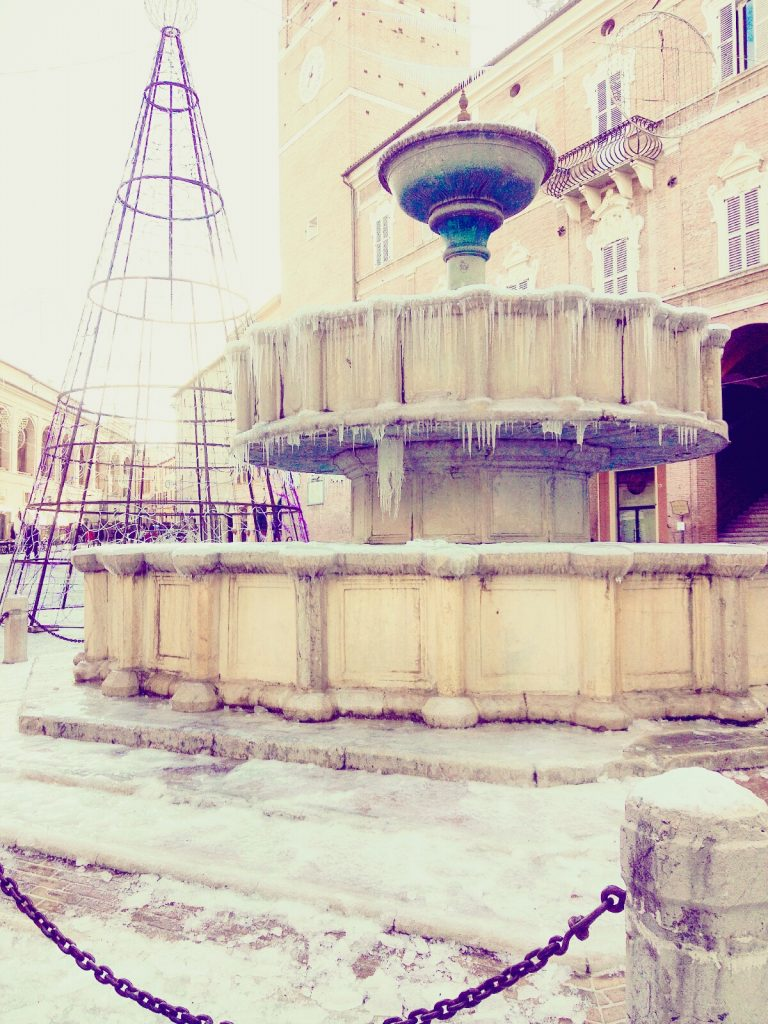 Fabriano, la fontana si veste di ghiaccio