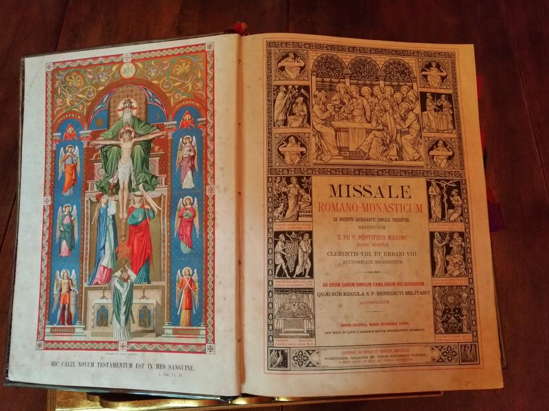 Eremo di San Silvestro in Montefano (Fabriano) - Uno dei volumi antichi custoditi nella Biblioteca Storica