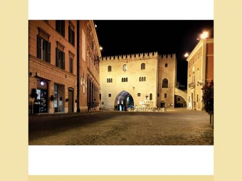 [Foto] Fabriano – Vista notturna su Piazza del Comune